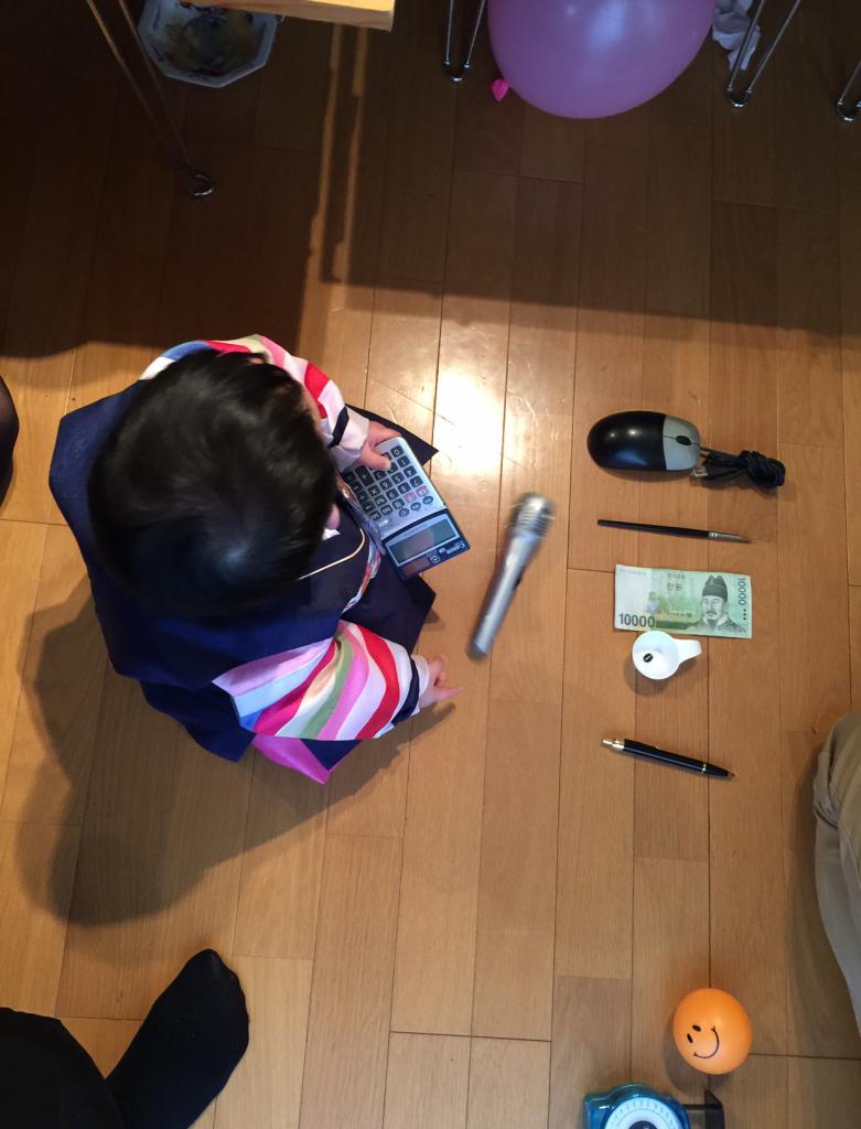 これ、お兄ちゃんのギヒョの時のトルチャビです。しっかりと計算機をつかんでいます。