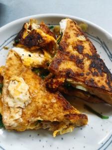 焼き過ぎた厚揚げ焼き。おねぎと生姜がたっぷりはいってます。卵をぽんと落として、はい出来上がり