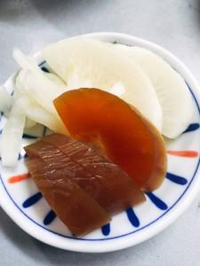 実家で必ず食べるのがお漬物。今日は奈良漬とたくあんでした。