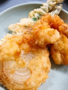 手前から玉ねぎ、イカ、海老、アスパラガスの天ぷら。