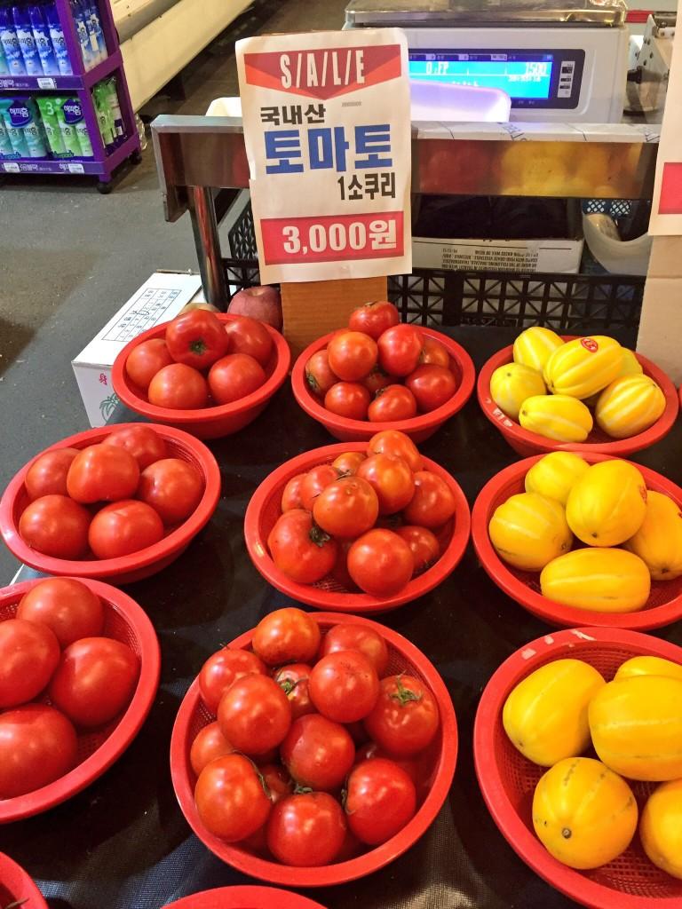 大きいサイズのトマトもほら、こんなに入って3000ウォン(ざっくり計算で300円)。
